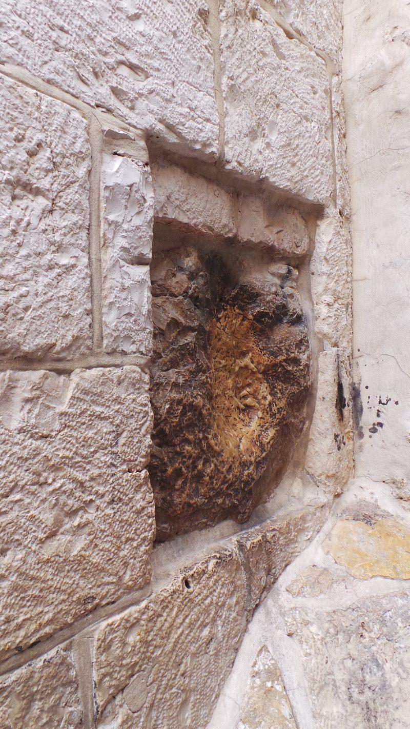 Isus s-a sprijinit aici! Toti ating zidul...