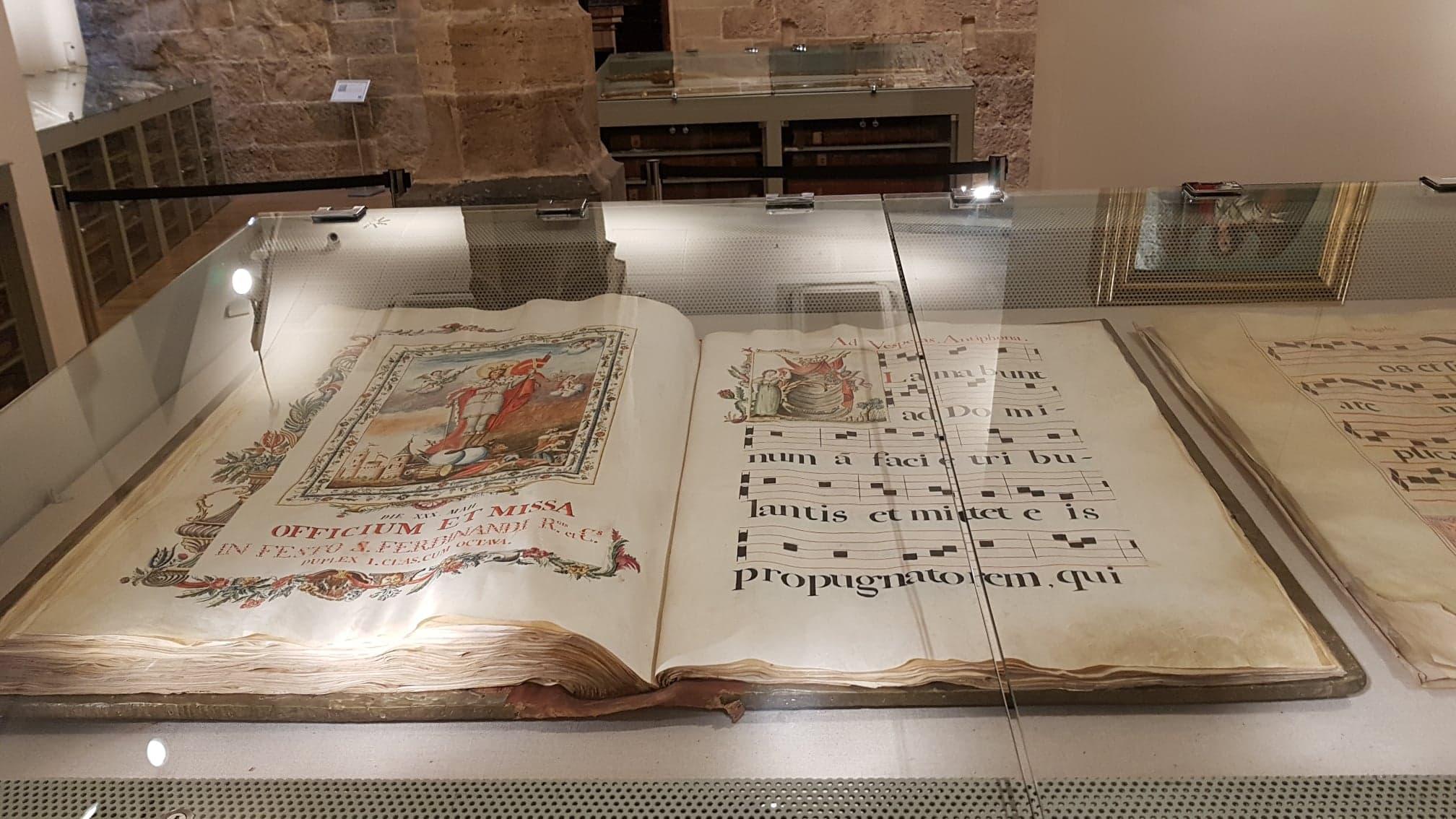 biblie veche in muzeul de la catedrala din valencia